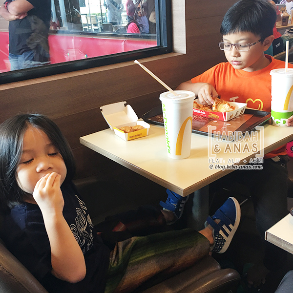 makan-mcD-ayam-goreng - with the kids